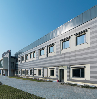Farmaca International - doppelboden hinterlüftete Fassade